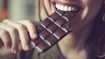 Lieben Sie Ihr Herz, essen Sie Schokolade