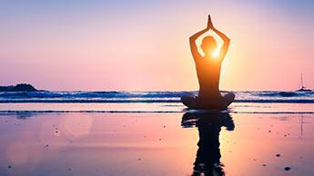 5 Posições de Ioga que Você Pode Fazer Todas as Manhãs para Melhorar sua Saúde