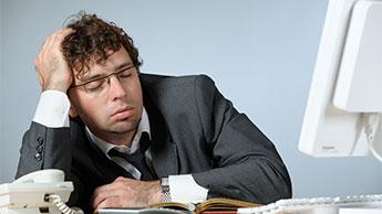 Человек спит за рабочим столом