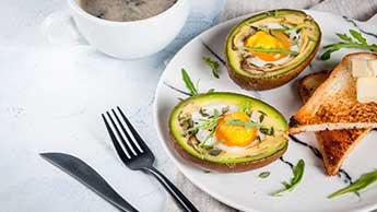 Gesundes Frühstück mit gebackenen Avocados