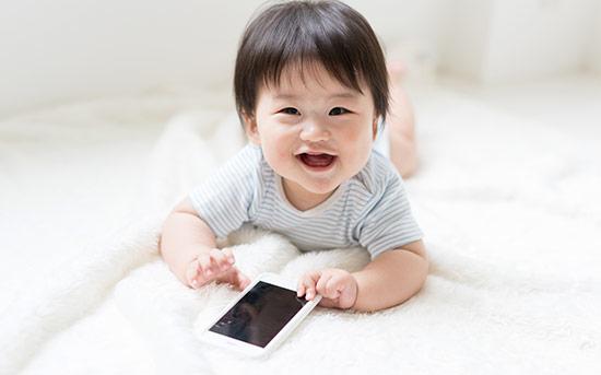 아기와 휴대폰
