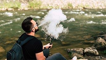 Человек курит электронную сигарету