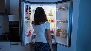 femme devant un frigidaire