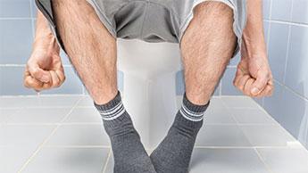 mężczyzna w toalecie