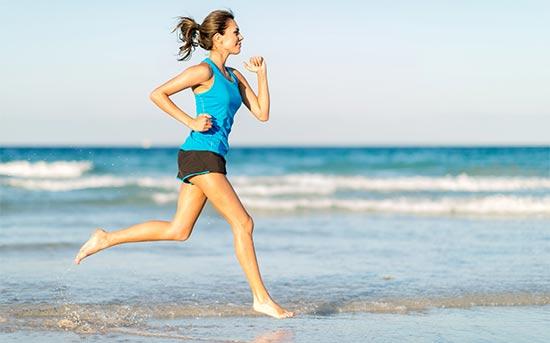 맨발로 해변에서 달리기