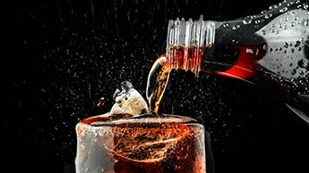 Der Konsum von Limonade während harter Arbeit bei heißem Wetter kann Ihre Nieren schädigen
