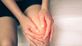 膝に怪我を負った女性