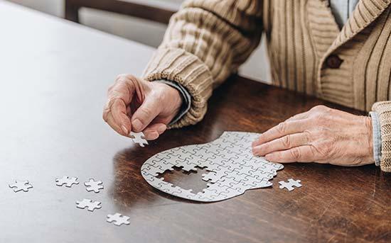 뇌 퍼즐을 맞추는 노인