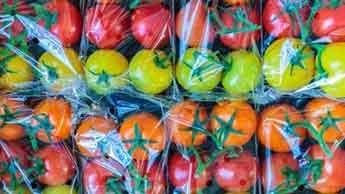 Por que os alimentos são embrulhados em plástico dentro de plástico?