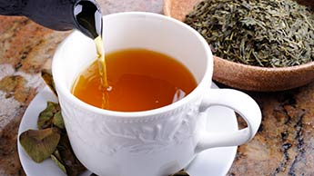 6 rodzimych ziół do przygotowania herbat wartych spróbowania tego lata