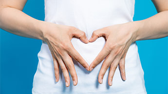 Frau mit Händen auf dem Bauch