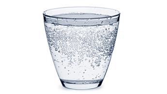 L'eau pétillante est-elle nocive ?