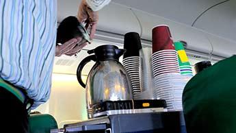 飛行中に熱い飲み物を避けるべき理由