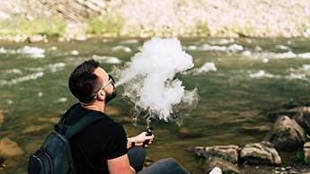 Person, die E-Zigarette raucht