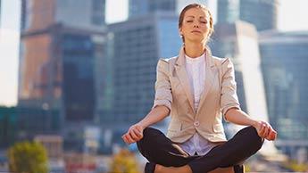 Meditation in einer geschäftigen Stadt