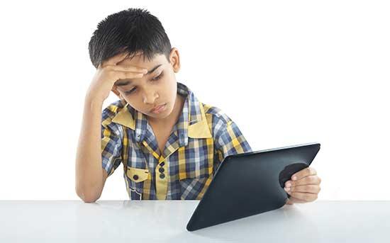 使用电子设备的儿童