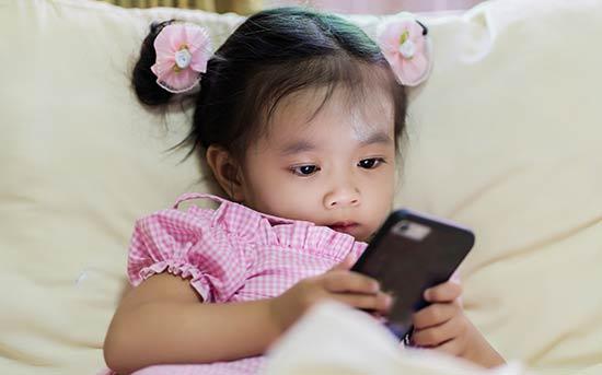 핸드폰을 갖고 노는 아이