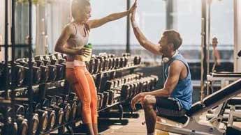 homme et femme se tapant dans les mains après un entraînement