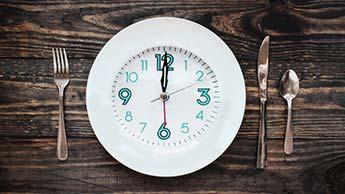 une horloge sur une assiette