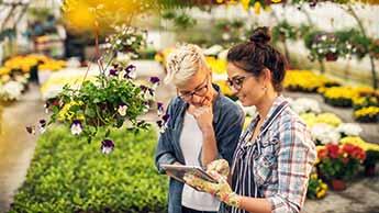 2 Frauen im Garten