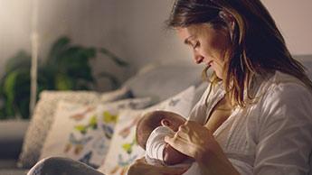 아기에게 모유 슈유하는 산모