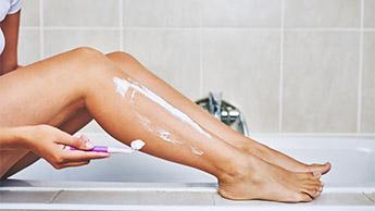 mulheres depilando as pernas
