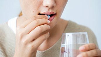 Przyjmowanie antybiotyku przez 2 miesiące zwiększa ryzyko udaru mózgu i zawału serca