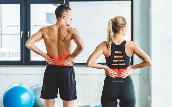 운동 후 허리 통증을 겪고 있는 커플