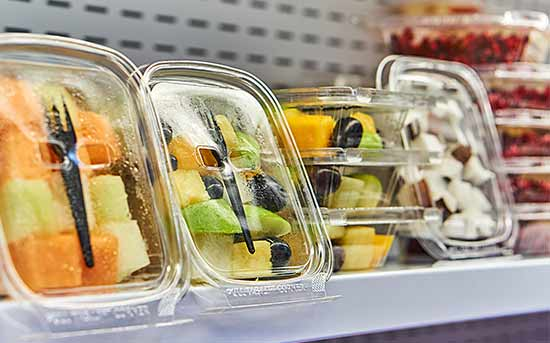 플라스틱 용기 안의 과일