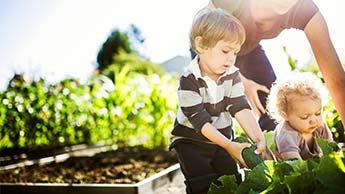 женщина и ребенок занимаются садоводством