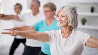пожилые люди тренируются
