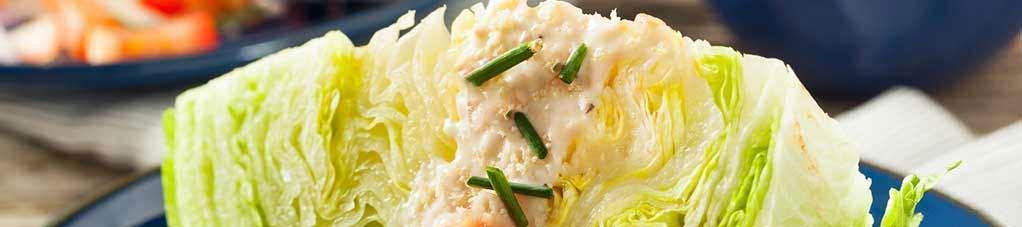 Kawałki sałaty z sosem z sera pleśniowego