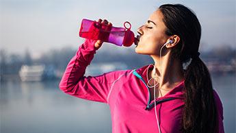 暑中にソーダを飲むと腎臓を損傷するおそれがあります