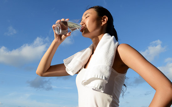 운동 중 물을 마시는 여자