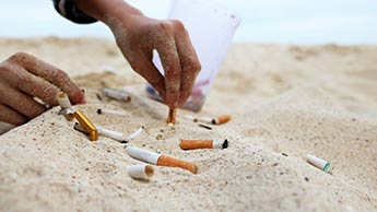 Zigarettenstummel in Sand