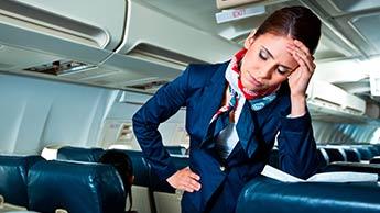 müde Flugbegleiterin