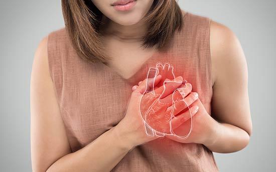 심장마비 증상을 보이는 여성