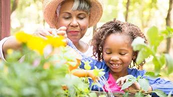 Frau und Mädchen bei der Gartenarbeit