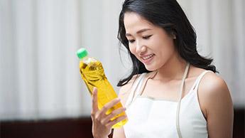 洗剤ボトルを検査している女性