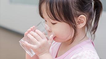 물을 마시는 아이