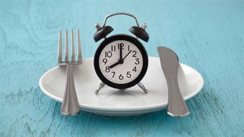 une assiette et une horloge