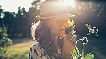 꽃 향기를 맡는 여자