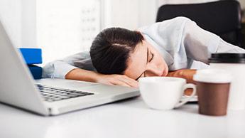 zmęczona kobieta w biurze
