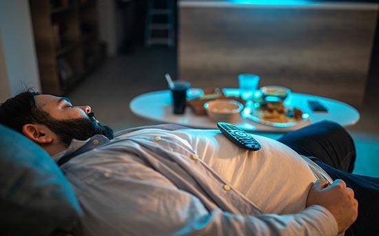TV를 켜놓고 자는 남자