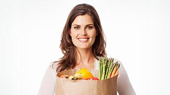 femme apportant un sac d'épiceries saines