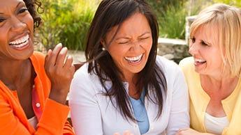 Śmiejące się starsze kobiety