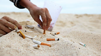 砂の中の煙草の吸殻