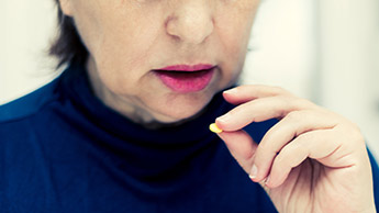 錠剤を飲む女性