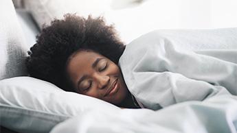 睡眠中微笑む女性