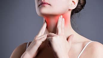 mulher com inflamação na tireoide